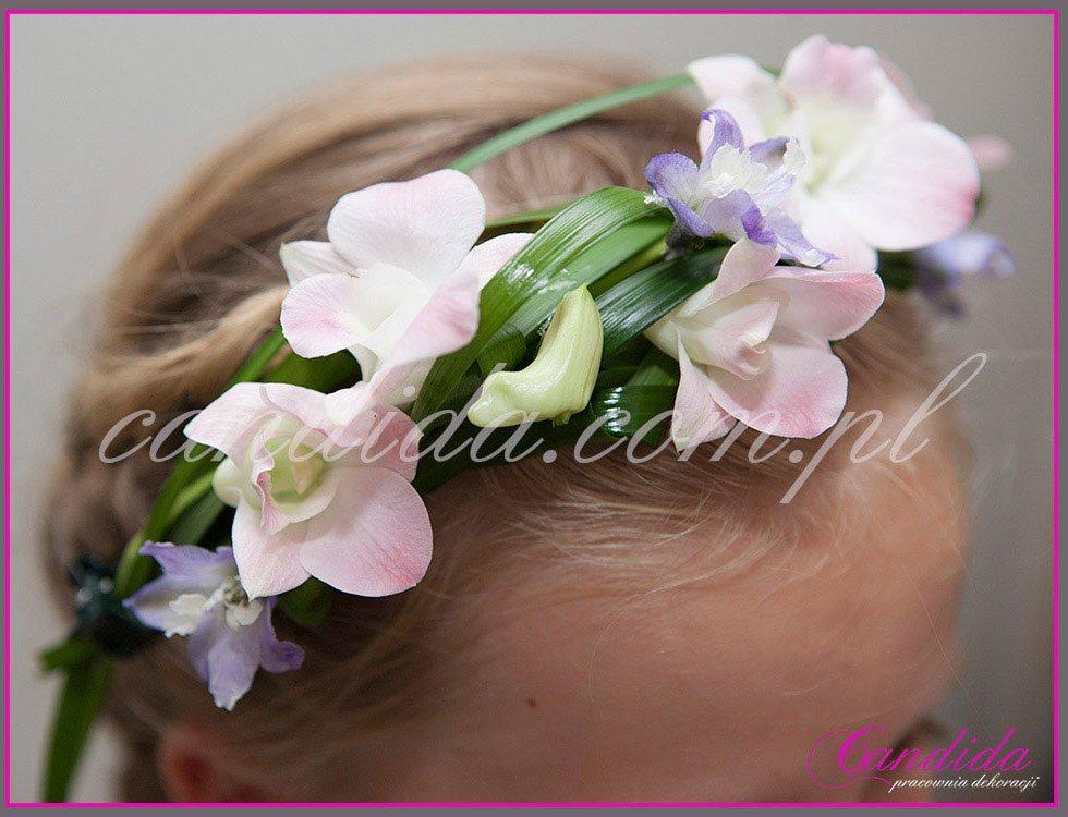 opaska komunijna z żywych kwiatów 6, opaska komunijna ze storczyków i ostróżki, wianki komunijne